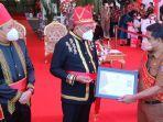 penyerahan-sertifikat-oleh-gubernur-olly-dondokambey.jpg