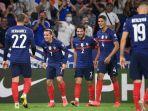 penyerang-perancis-antoine-griezmann-kedua-merayakan-gol-dengan-rekan-satu-timnya.jpg