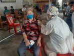 penyuntikan-vaksinasi-covid-19-bagi-masyarakat-yang-digelar-di-kelurahan-woloan-satu.jpg