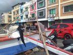 perahu-perahu-nelayan-yang-diparkir-ini-jalanan-megamas-kamis-2112021.jpg