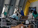 perlengkapan-medis-dan-deretan-tempat-tidur-terlihat-di-dalam-tenda-rumah-sakit.jpg