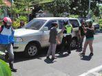 petugas-kepolisian-bersama-pengendara-roda-dua-3477.jpg
