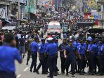 petugas-kepolisian-sri-lanka-nampak-tengah-sibuk-membuka-jalan-untuk-ambulans.jpg