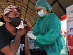 petugas-kesehatan-menyuntikan-cairan-vaksin-covid-19-kepada-seorang-pelaku-ekonoomi.jpg