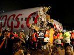 petugas-mengevakuasi-penumpang-pesawat-boeing-737-86j.jpg