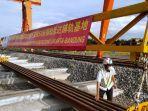 petugas-meninjau-kedatangan-sejumlah-rel-sepanjang-50-meter-di-proyek-kereta-cepat-jakarta-bandung.jpg