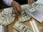 petugas-menunjukkan-dollar-as-di-gerai-money-changer-di-jakarta-pusat_20180516_112228.jpg