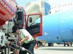 petugas-pt-pertamina-menyambungkan-pipa-pengisi-bahan-bakar-avtur.jpg