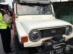 petugas-saat-melakukan-pengecekan-kendaraan-di-check-point-4585484.jpg