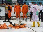 petugas-sterilisasi-serpihan-pesawat-sriwijaya-air-sj-182-rute-jakarta-pontianak.jpg