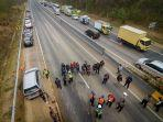 petugas-traffic-accident-analysis-taa-polda-jabar-melakukan-olah-tkp.jpg