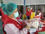 petugas-vaksinasi-menyiapkan-vaksin-untuk-disuntikan-ke-warga.jpg