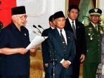 pidato-pengunduran-diri-soeharto-sebagai-presiden-indonesia-mei-1998-1.jpg