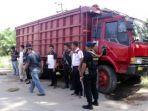 polisi-berjaga-di-truk-yang-dikemudikan-korban-penyanderaan-sabtu-672019.jpg