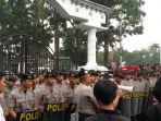 polisi-jaga-kantor-gubernur_20170513_141628.jpg