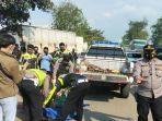 polisi-mengevakuasi-jenazah-butet-saragih-44-yang-meninggal-di-lokasi-kecelakaan.jpg