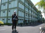 prajurit-polisi-militer-kodam-xiiimerdeka-berjaga-di-samping-gedung-utama-gjhgj.jpg