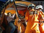 proses-evakuasi-basarnas-manado-terhadap-sopir-truk-yang-alami-kecelakaan.jpg