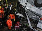 proses-evakuasi-korban-kecelakaan-bus-peziarah-asal-subang-terjun-ke-jurang.jpg