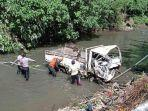proses-evakuasi-mobil-truk-yang-terjun-ke-sungai.jpg
