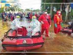 proses-evakuasi-warga-terpapar-covid-yang-jadi-korban-banjir115.jpg