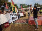 puluhan-mahasiswa-bolaang-mongondow-raya-demo-polres-kotamobagu-2420021.jpg