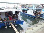 puluhan-penumpang-mulai-memasuki-kapal-tujuan-pulau-bunaken-9.jpg