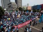 puluhan-ribu-buruh-dari-berbagai-daerah-memenuhi-ruas-jalan-thamrin.jpg
