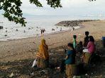 puluhan-warga-berwisata-di-pantai-malalayang-di-saat-weekend3.jpg