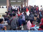 puluhan-warga-dan-mahasiswa-demo-di-kantor-bupati-boltim-denny-3-permintaan-pedemo-ke-pemda.jpg