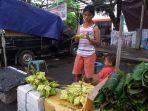 rani-penjual-bungkus-ketupat-di-pasar-bersehati45776767676.jpg