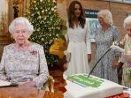 ratu-elizabeth-potong-kue-menggunakan-pedang.jpg