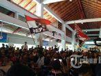 ratusan-suporter-bali-united-mendatangi-bandara-i-gusti-ngurah-rai.jpg