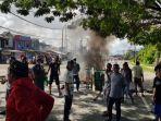 ratusan-warga-memblokade-jalan-di-jalan-jenderal-sudirmankota-sorong-papua-barat.jpg