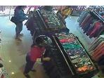 rekaman-cctv-tiga-perempuan-di-kota-kupang-mencuri-pakaian-di-sebuah-distro.jpg