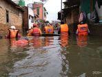 relawan-bpbd-ciamis-sedang-berada-di-lokasi-banjir-perumahan-jati-asih-bekasi-3473458.jpg