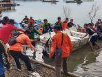 relawan-mengevakuasi-perahu-yang-bikin-celaka-wisatawan-di-waduk-kedung-ombo.jpg