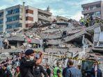 reruntuhan-gedung-tinggi-seusai-diguncang-gempa-di-kota-izmir-turki-jumat-30102020.jpg