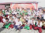 rezki-dan-prilly-berfoto-bersama-murid-dan-guru-sekdar-shopee-mis-al-khairat-12.jpg