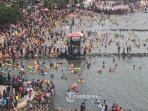 ribuan-orang-asyik-mandi-di-pantai-ancol.jpg