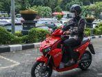 sandiaga-salahuddin-uno-menunggangi-sepeda-motor-listrik.jpg