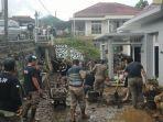 satpol-pp-bitung-membantu-warga-membersihkan-rumah-warga-567.jpg
