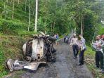 sebuah-angkot-menabrak-pohon-lalu-terguling-dan-terbakar-dalam-kecelakaan-tunggal-24u21.jpg