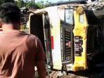 sebuah-mobil-truk-pengangkut-keramik-oleng-menabrak-dua-kendaraan.jpg