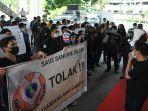 sejumlah-aktivis-berunjuk-rasa-di-kantor-gubernur2.jpg