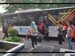 sejumlah-tenaga-medis-turun-dari-bus-transjakarta-34737.jpg