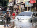 sejumlah-warga-nekat-melewati-banjir-yang-merendam-jalan-kartini-5555.jpg