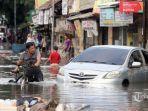 sejumlah-warga-nekat-melewati-banjir-yang-merendam-jalan-kartini-bekasi-3783.jpg