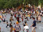 sejumlah-wisatawan-memadati-kawasan-pantai-karnaval-ancol-jakarta-utara.jpg