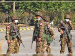 sekumpulan-tentara-berjaga-di-jalanan-naypyidaw-34734783.jpg